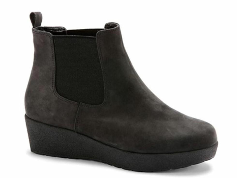 Svart ankelstøvlett med jevn gummisåle. 899 kroner fra dna-shoes.com. Foto: Produsenten