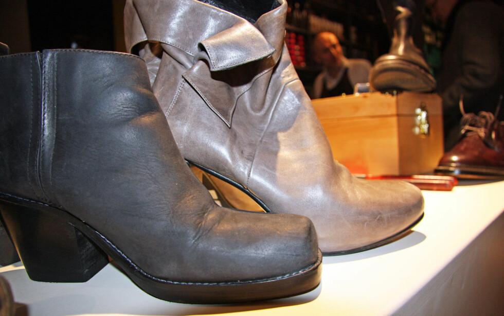 PASS PÅ SÅLEN: Skoen lengst til høyre har en såle som er svært tynn hvor skinnet vil komme i kontakt med bakken. Dette kan føre til at skinnet slites og blir ødelagt. Velg derfor heller en støvlett med en såle som på skoen lengst til venstre.  Foto: Tone Ra Pedersen
