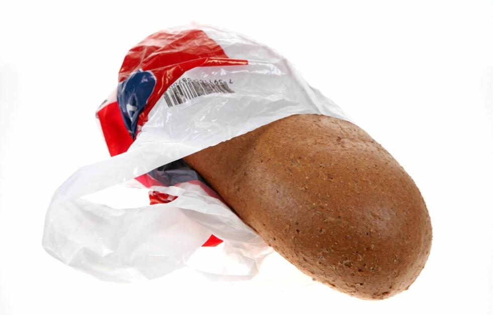 HELSESKADELIG: - Bæreposer er laget for at du skal frakte matvarene fra butikken og hjem, og er ikke egnet for oppbevaring fordi de kan inneholde farlige stoffer, understreker Lise Andersen, rådgiver i Forbrukerrådet.  Foto: Per Ervland