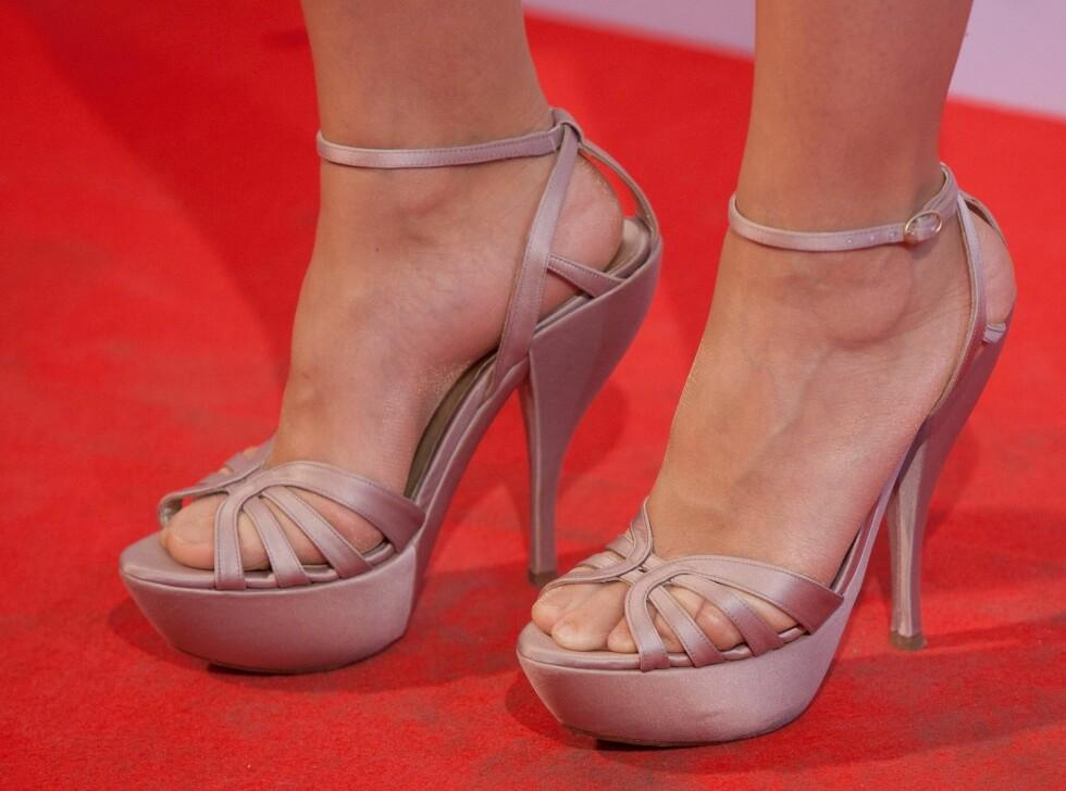 <strong>HØY PRIS:</strong> Vonde føtter og legger kan være prisen å betale for en kveld på høye hæler. Heldigvis finnes det gode råd som hjelper. Foto: All Over Press