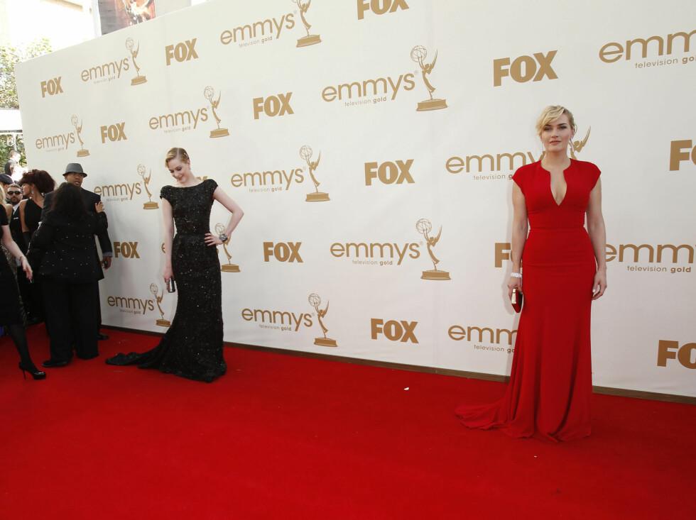 INNERTIER x 2: Både Kate Winslet (t.h.) i rødt og Evan Rachel Wood i glitrende svart imponerte med sine kjolevalg under årets Emmy-utdeling. Elie Saab har designet begge kjolene.  Foto: All Over Press