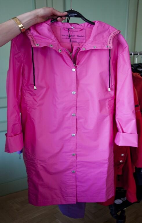 KK.NOS FAVORITT: Knall rosa regnfrakk? Hvorfor ikke, liksom. Foto: Per Ervland