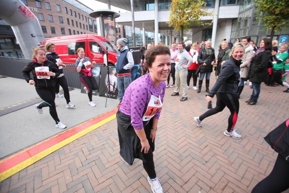 I MÅL: Else Kåss Furuseth kan smile fornøyd etter å ha løpt én mil på litt over en time.  Foto: Per Ervland