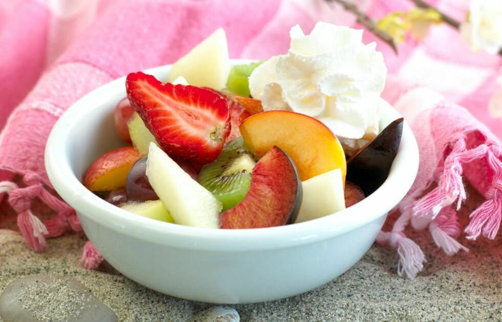 SUNT OG GODT: Helgekosen trenger ikke være proppet full av sukker, salt og fett. Prøv for eksempel kesam med marinert frukt.  Foto: Eva Brænd/Melk.no.