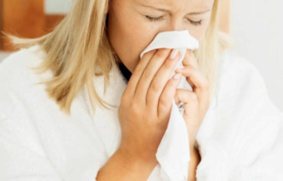 SKYLL MED SALTVANN: Ekspertene på Lommelegen.no anbefaler at du skyller nesen med en saltvannsløsning hvis den føles tett. Med et nesehorn (avbildet lenger nede i saken) blir neseskyllingen enklere.  Foto: Thinkstock