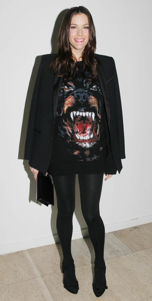 GRRRR: Rockedatter Liv Tyler i stor genser brukt som kjole med svart blazer og mørke strømper til. Foto: All Over Press