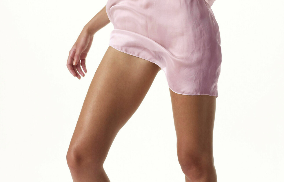 KAN SKAPE TRØBBEL: Skjørt i silke, chiffon eller lignende materialer blir lett statiske og kan klistre seg til lårene. Stylisten har et supertips for å unngå dette. Foto: Thinkstock