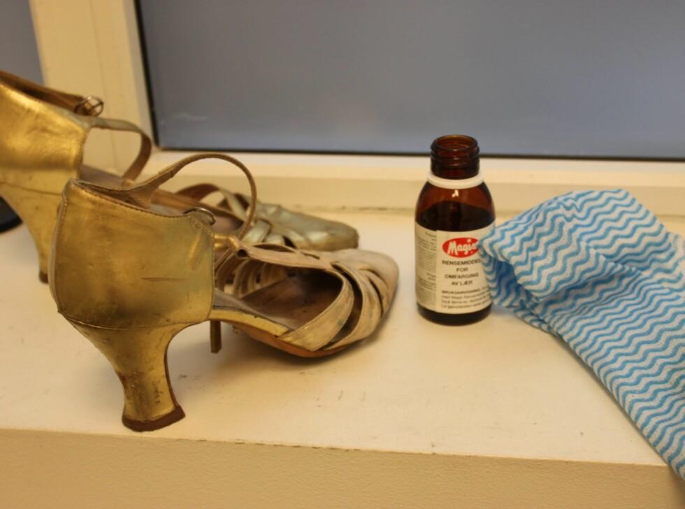 RENGJØRING: Først renset vi skoene med Magix rensemiddel. Her gjelder det å være grundig, ellers blir ikke resultatet pent. Pass imidlertid på at du ikke pusser for hardt - middelet er sterkt og kan fjerne deler av skinnet. Foto: Adéle Cappelen Blystad