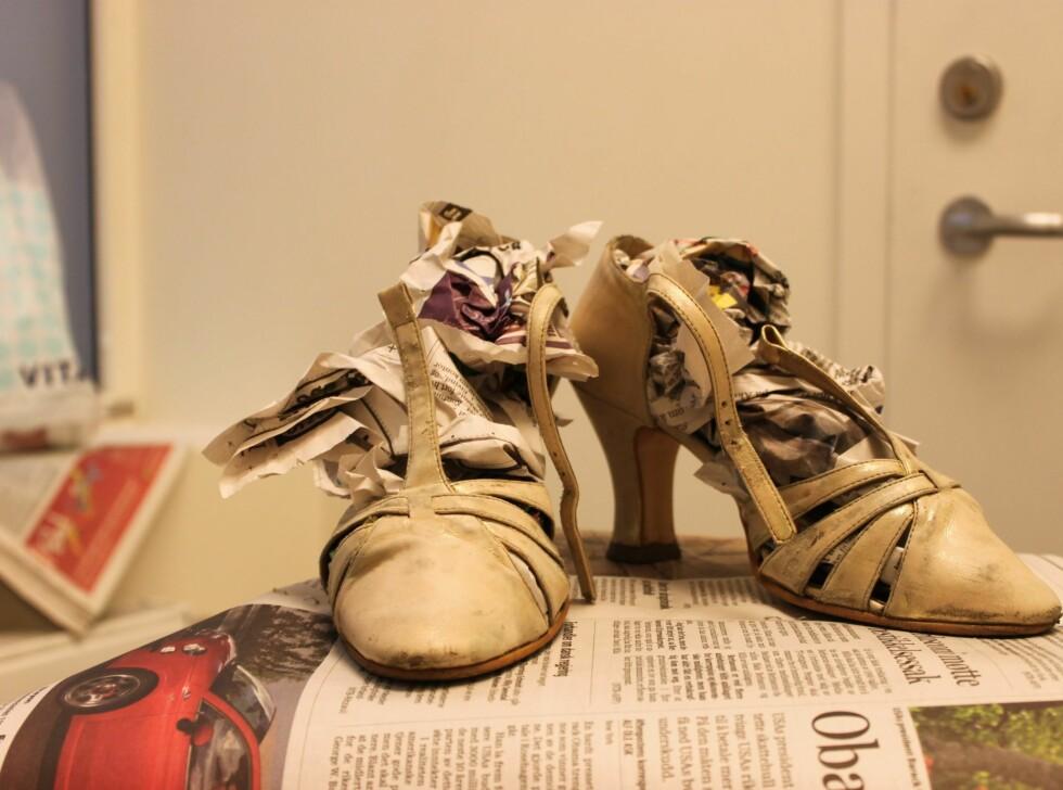 MATTE: Skoene ble helt matte etter bruk av rensemiddelet. Vi stappet i litt avispapir for å holde skinnet stramt og unngå for mye farging på innsiden av skoen.  Foto: Adéle Cappelen Blystad