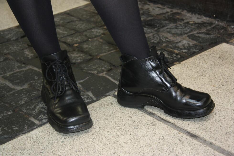 FARGET OM: Også disse støvlettene har blitt farget om med svart spraymaling. Som du ser blir resultatet ganske blankt og fint.  Foto: Adéle Cappelen Blystad