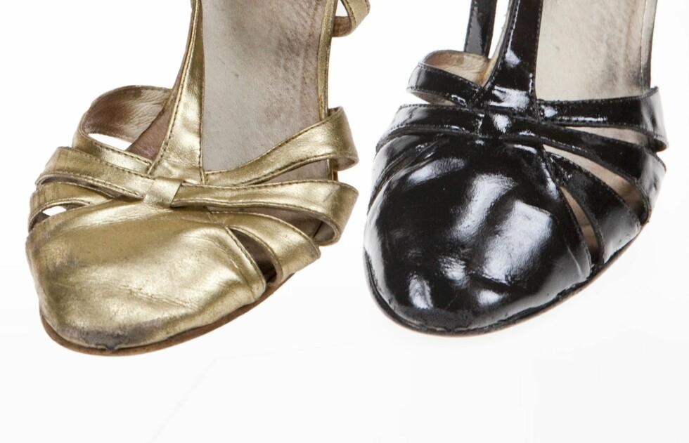 FRA GULL TIL SVART: KK.no prøvde å farge om et par skinnsko i gull til svart - resultatet ble ganske så bra, tross de litt slitne skoene.  Foto: Per Ervland