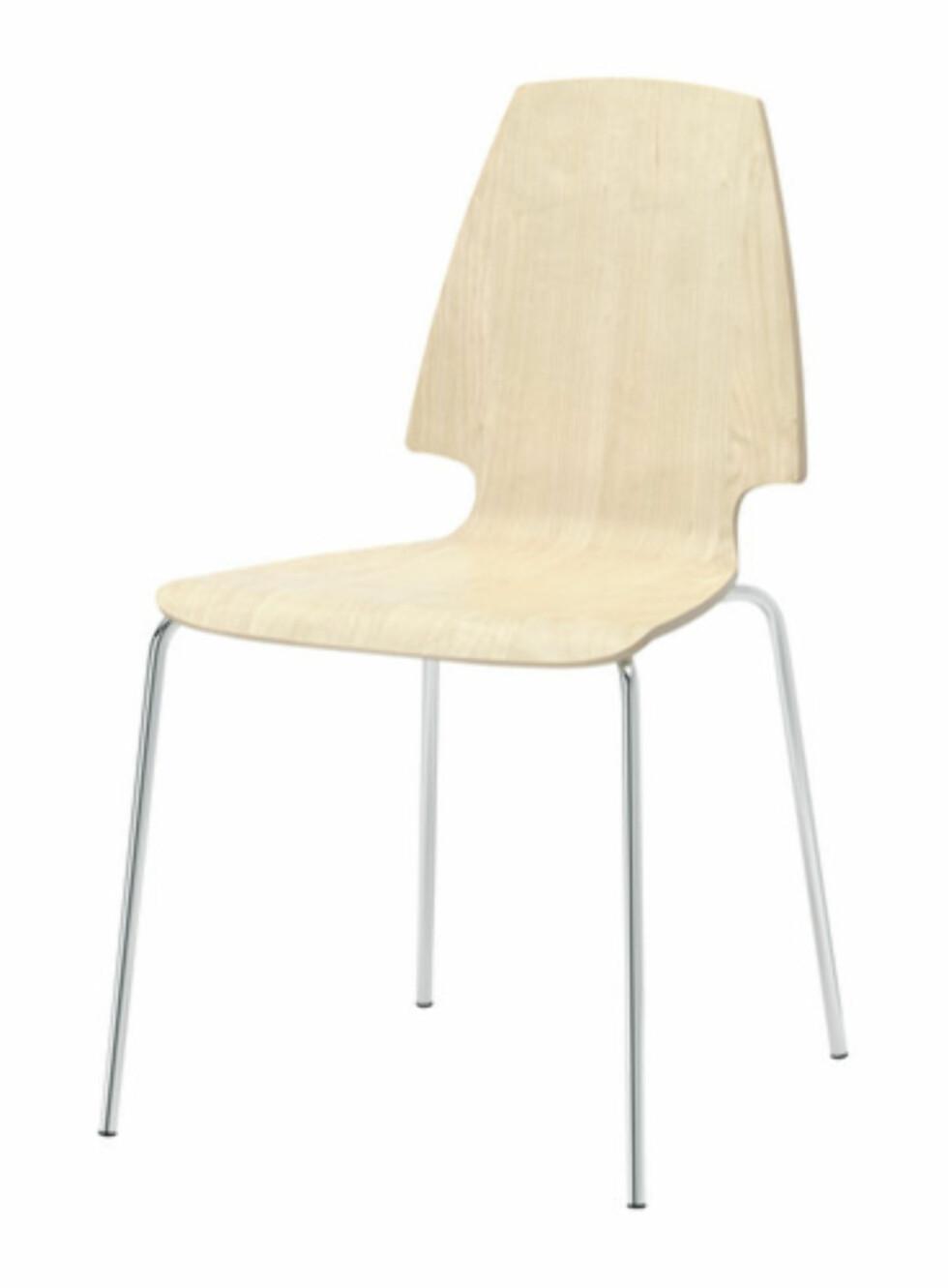 VILMAR: Stilrent og skandinavisk stol i bjørkefinér (kr.296). Foto: Ikea.no