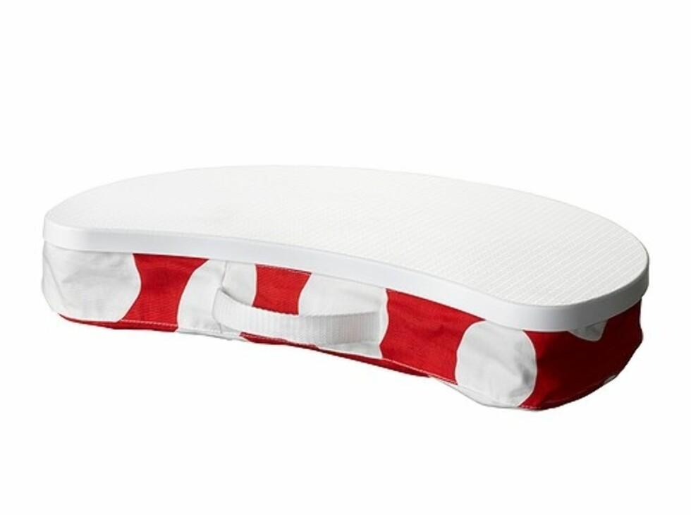 BRÄDA: Laptopen har faktisk ingenting å gjøre på lapet (fanget) ditt. Hvis du ikke har en slik en, da (kr.129) som lar viften under få fungere slik den skal. Nå i rødt stoff med store hvite bomber. Foto: Ikea.no