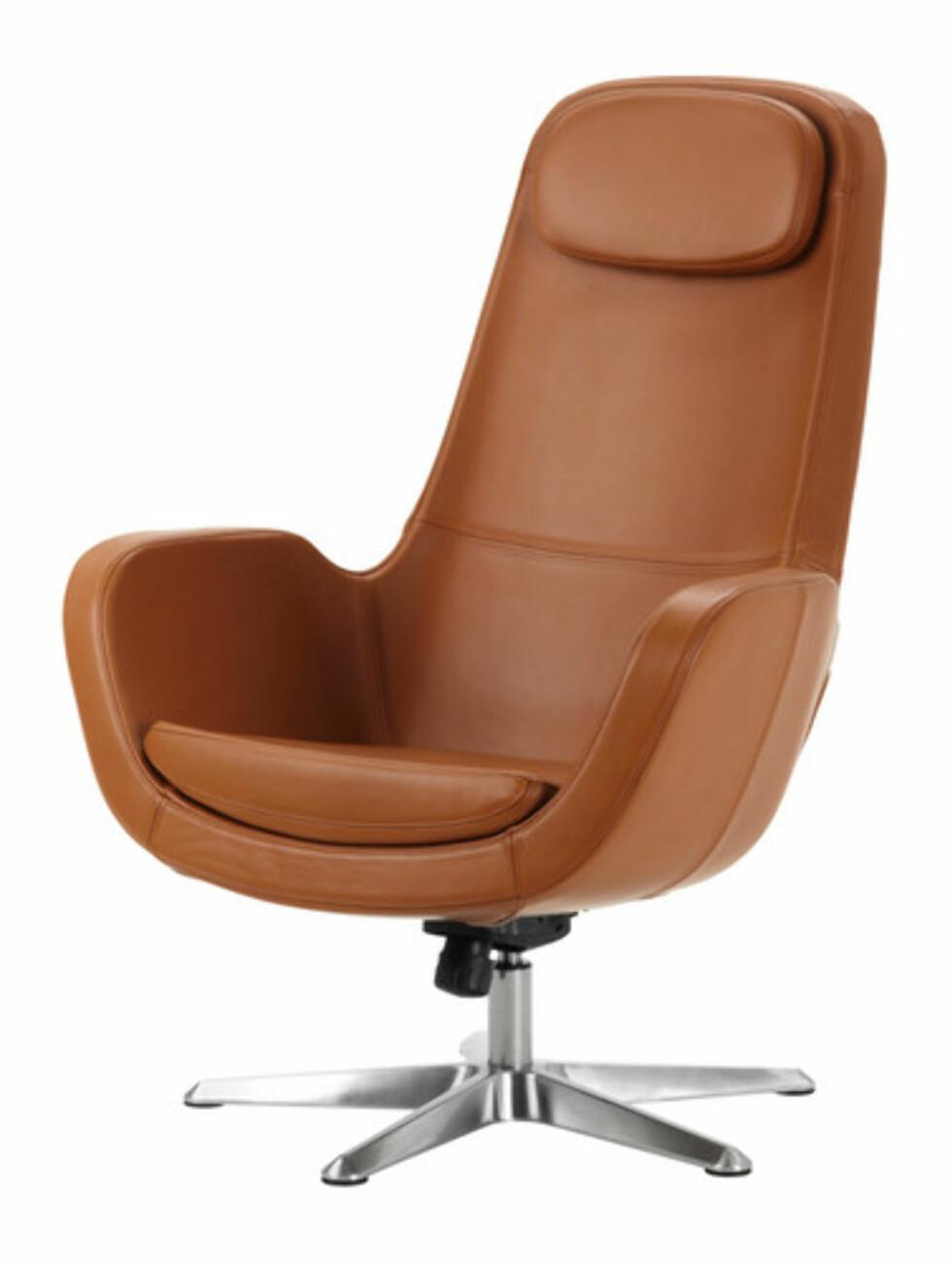 ARVIKA: Svingstol i retrostil i karamellbrunt skinn (kr.3990). Foto: Ikea.no