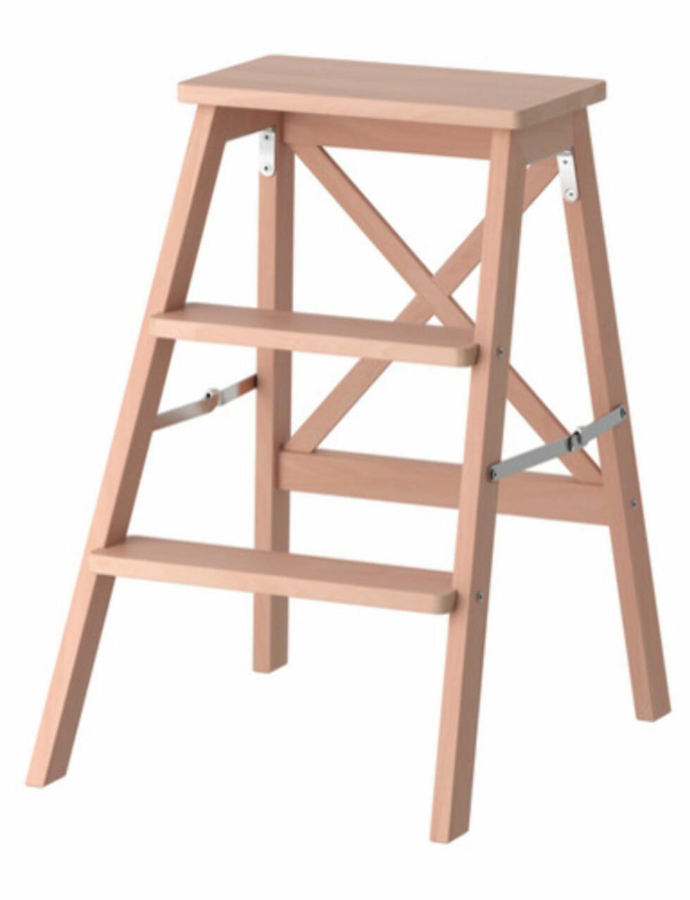 BEKVÄM: En trappestige kan utvilsomt være greit å ha (kr.245). Enten det er for å rekke opp til øverste hylla i skapet eller for å ha noe stilig å sette blomsterpotta på. Denne er også sammenleggbar.  Foto: Ikea.no