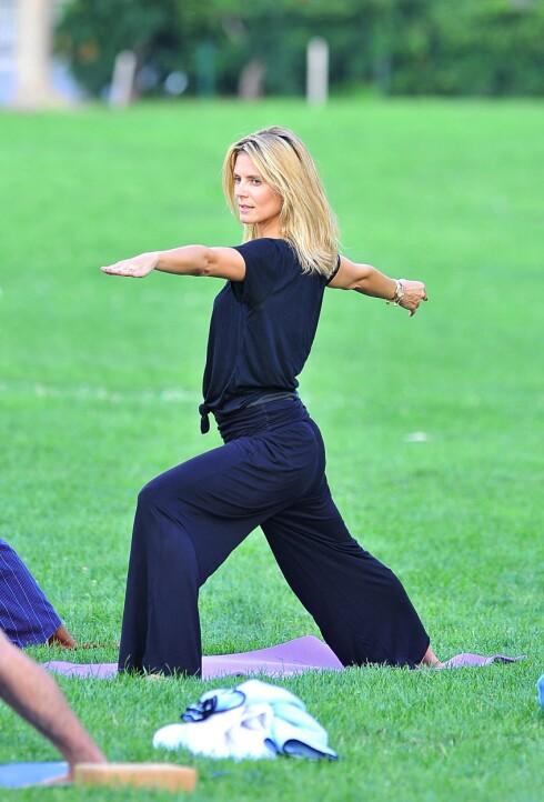 YOGA: Heidi Klum trener yoga nesten hver eneste dag for å holde kroppen stram og fit.  Foto: All over press