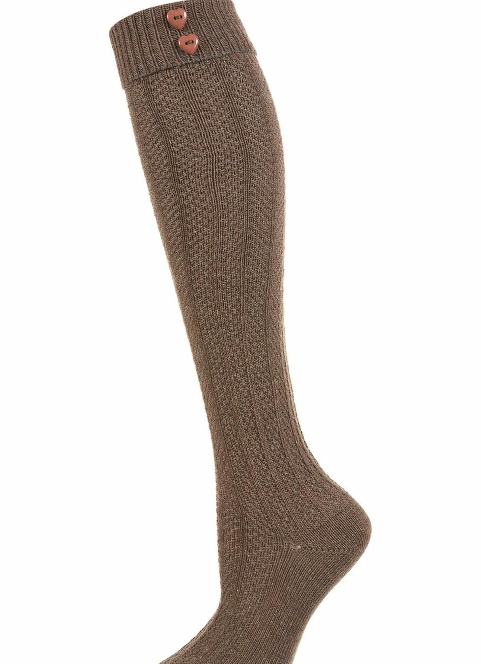 Mellombrune knestrømper med søte hjerteknapper på innsiden av leggen, fra Topshop, kr 65. Foto: Produsenten