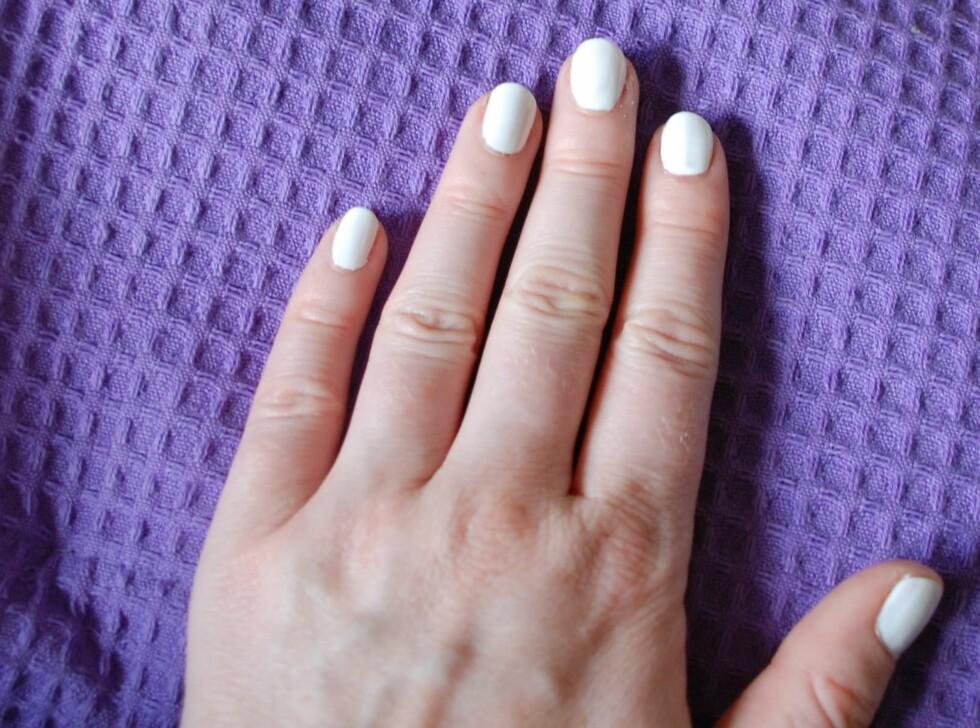 Påfør basefargen du ønsker i et jevnt lag over hele neglen og la den tørke fullstendig. Foto: Aina Kristiansen