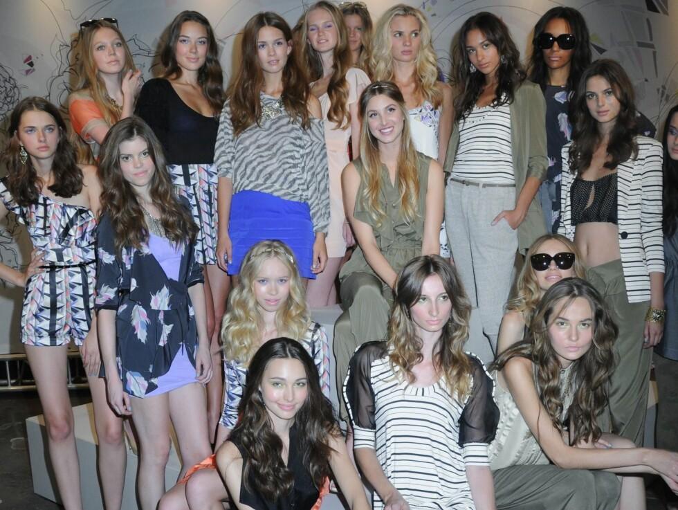 En stolt designer (i midten) med sine modeller på presentasjonen av Whitney Eve-kolleksjonen for våren 2011. Foto: All Over Press