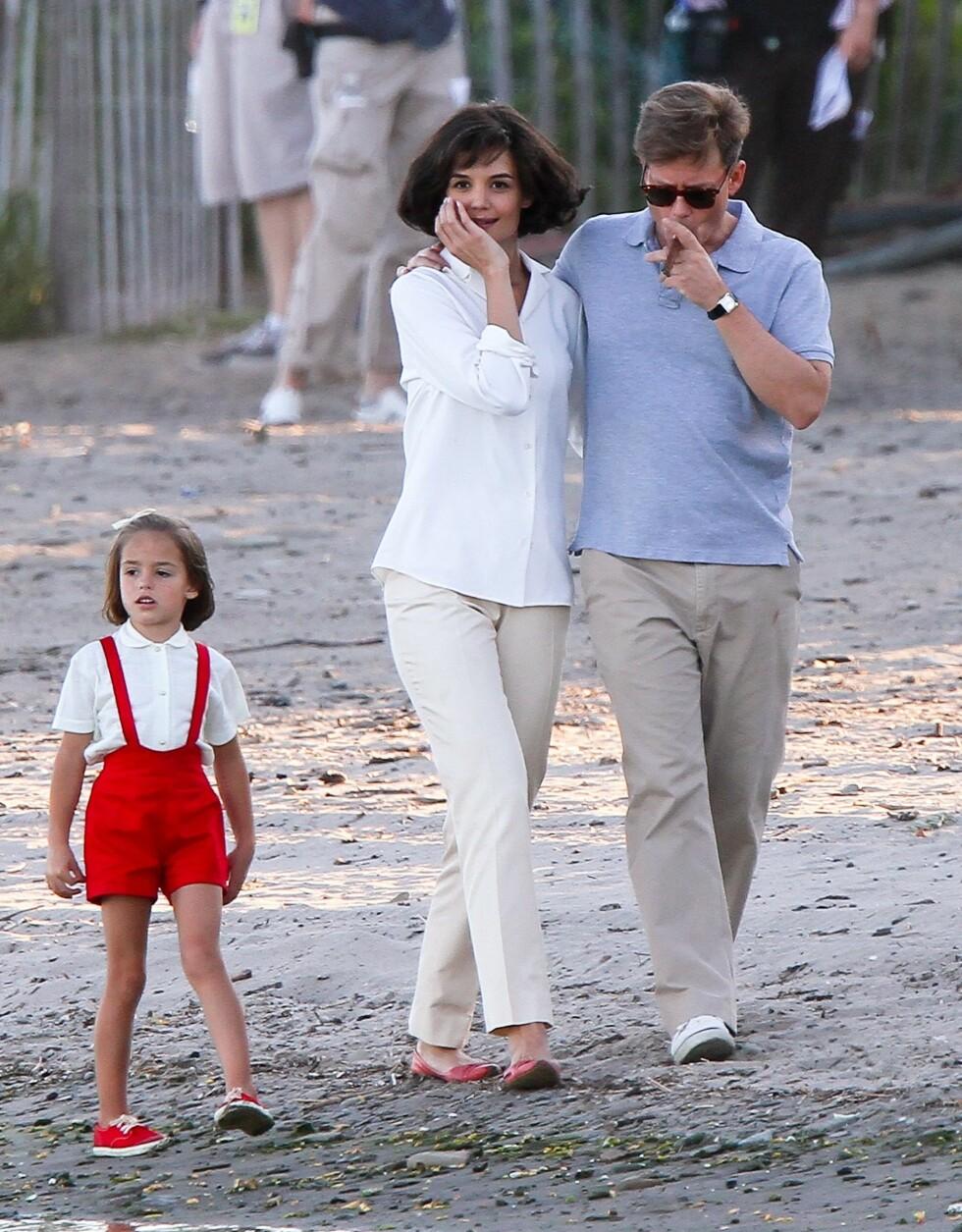 FASJONABELT PAR: Jacky og John på stranden sammen med datteren. Legg merke til Jackies sofistikerte og lekre hverdagsantrekk. Noen ganger er en velfrisert bob, bluse, bukse og ballerinasko alt du trenger! Greg Kinnear spiller John Kennedy. Foto: All Over Press