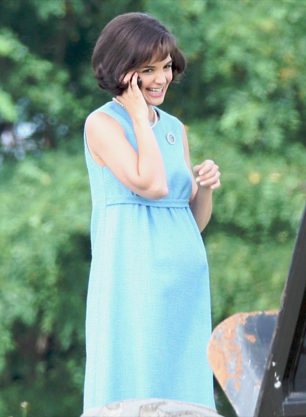 SØT KJOLE: Babyblå kjole uten ermer og empireliv. Akkurat slik som Jackie. Perlene er selvsagt på plass! Foto: All Over Press