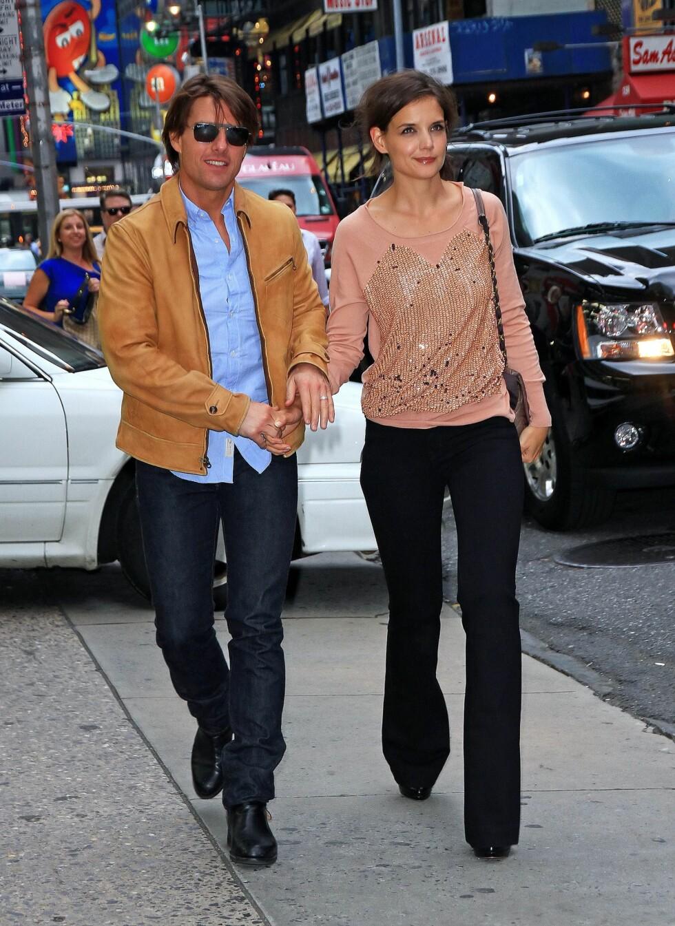 I VIRKELIGHETEN: Katie Holmes er gift med skuespiller Tom Cruise. Her er de på vei til en event - i sin egen stil. Foto: All Over Press