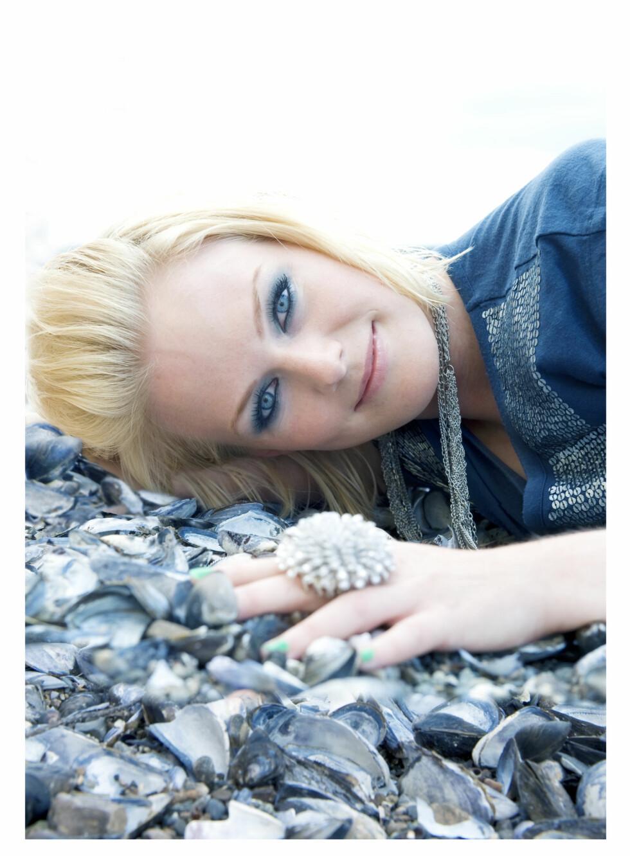 Ingeborg Selnes (25) begynte musikerkarrieren i bandet Harmonica. - Jeg var keyboardist og sanger. Det var en fin start. I to år spilte vi sammen før jeg ville satse på egen musikk. Foto: Mona Nordøy. Hår og makeup: Marthe Kveli Valeberg