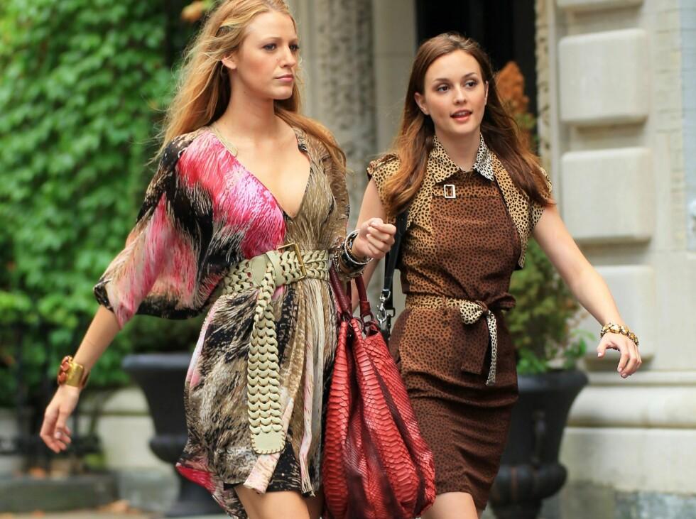 Blake Lively og Leighton Meester spankulerer i minikjoler med dyriske mønstre på Gossip Girl-settet. Legg også merke til den røde veska til Blake Lively - store, dyreinspirerte vesker blir hot i høst. Foto: All Over Press
