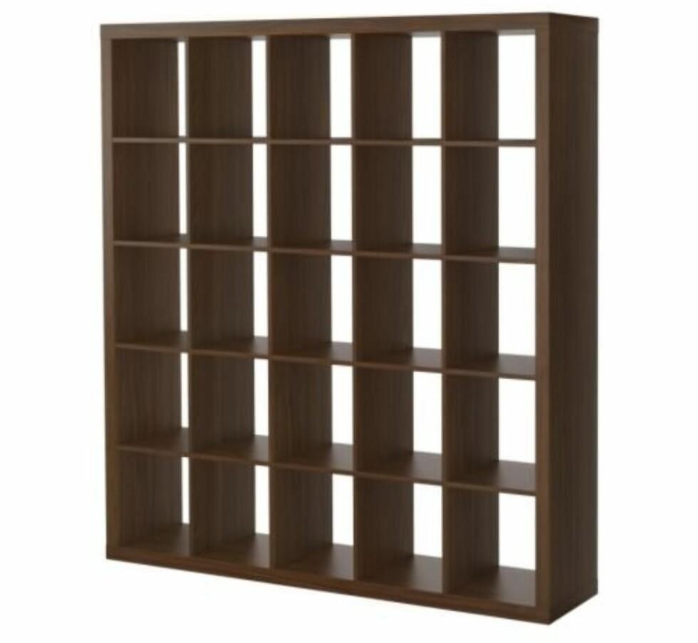 Stor Expedit bokhylle laget av spontplater. Her får du plass til det meste! (kr 1395, Ikea).