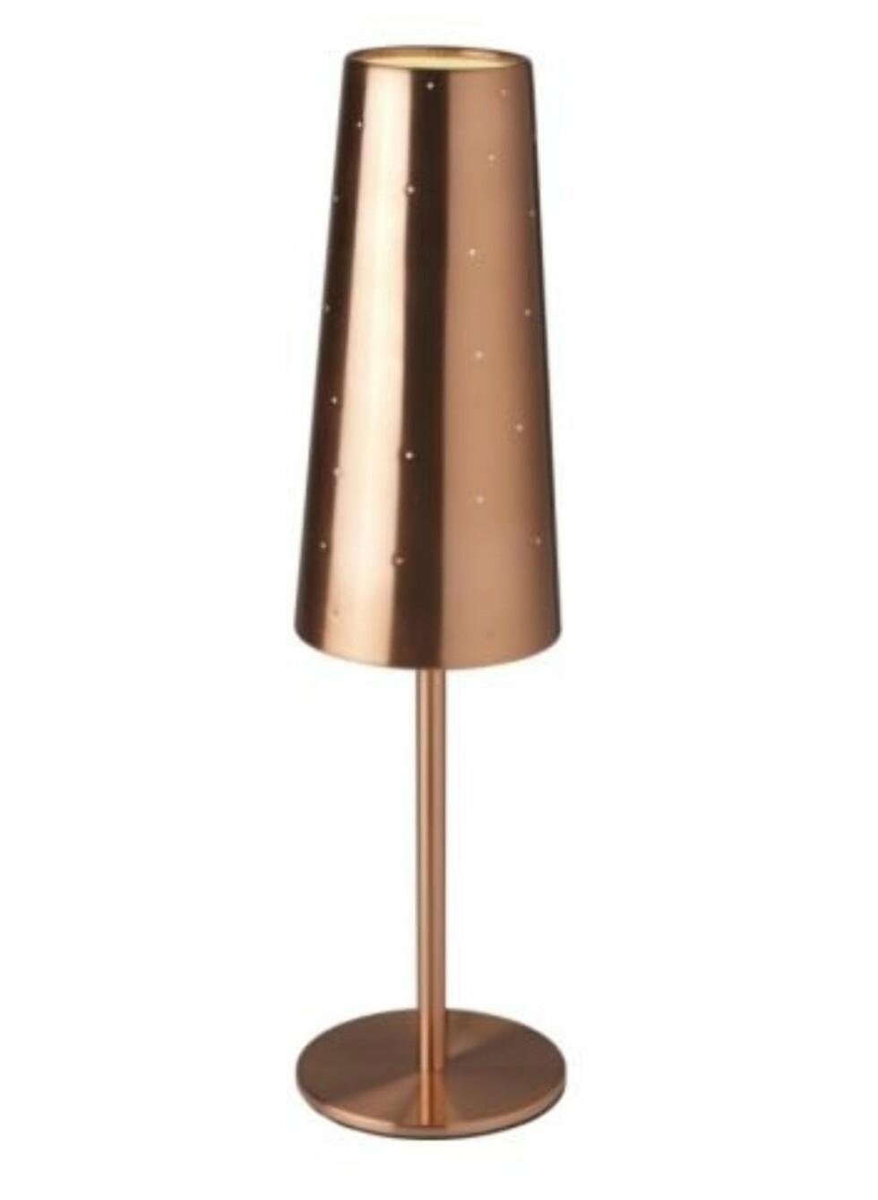 Bronsefarget bordlampe i stål. Passer godt på et sidebord til sofaen (h60cm, fra Ikea, kr 290.