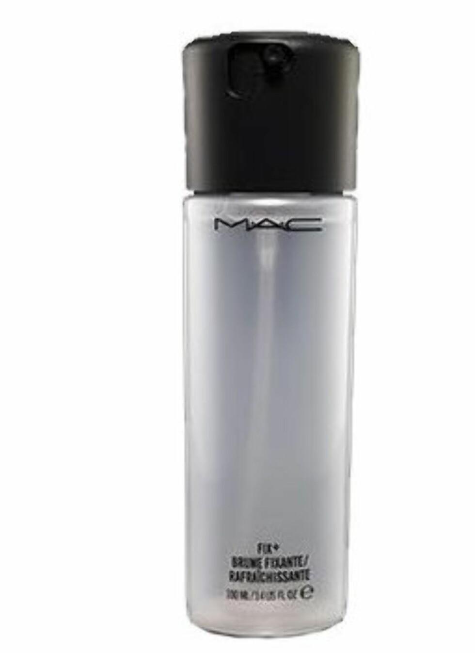 MAC Fix+, 100 ml kr 155 Dette er en vannspray med vitaminer, mineraler og kombinasjon av grønn te, kamille og agurk som skal berolige, forfriske huden og fiksere sminken. Huden føles frisk og hydrert umiddelbart og i en knapp halvtime etter påføring. Sminke, spesielt pudderprodukter, ser mer naturlige ut etter bruk av sprayen, og sminken varer også lenger. Forfriskende lukt og følelse, men den lukter litt for mye til å bruke gjennom en hel dag. Best som fikseringsspray etter sminking. Terningkast 5Innhold: Vann, glyserin, bytulenglykol, agurkekstrakt, kamomille, kameliabladekstrakt, tocoferyl acetate, koffein, panthenol, hydrogenisert kastorolje og parfyme.