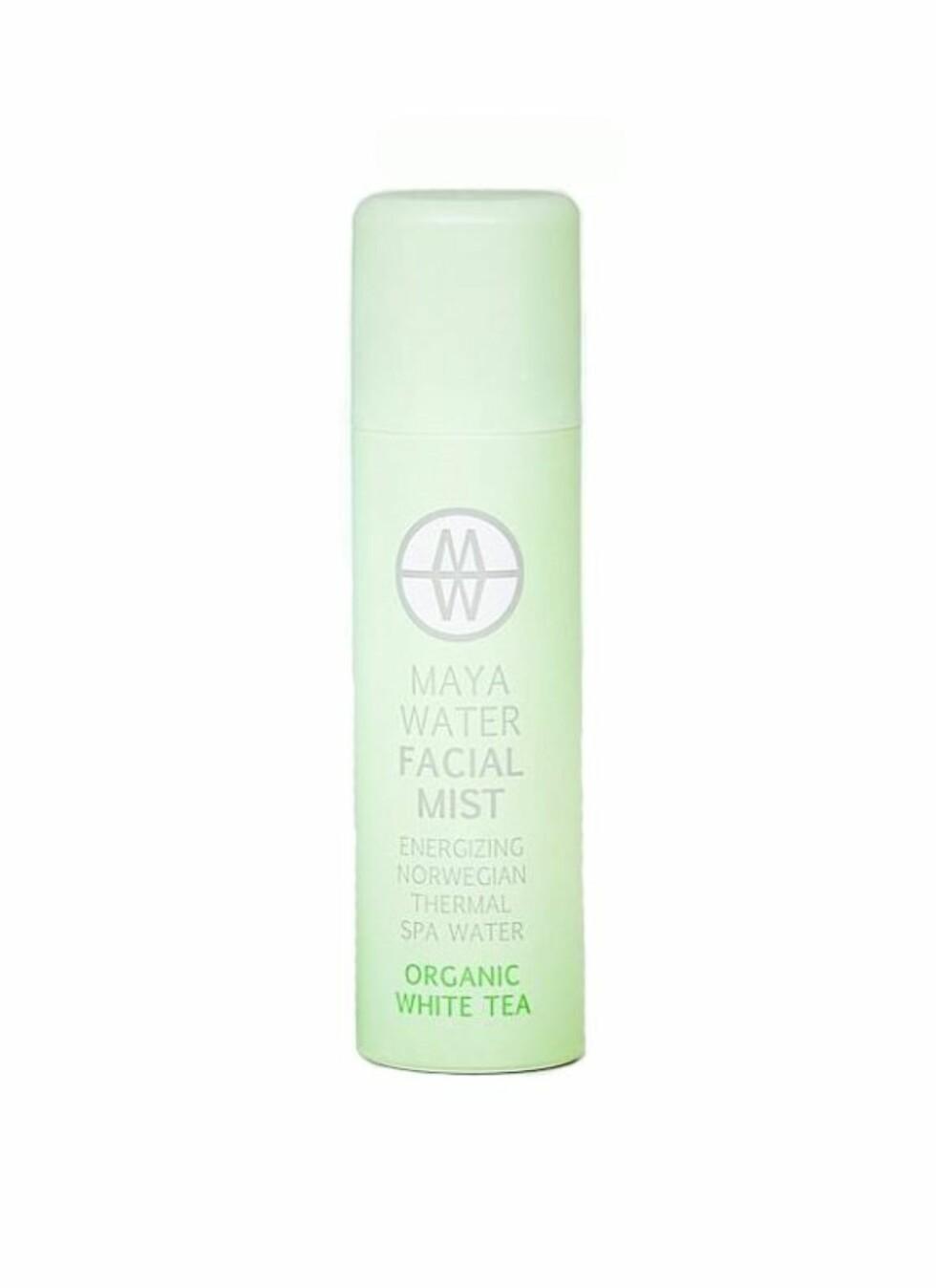 TESTVINNER Facial Mist Organic White Tea fra Maya Water (finnes også i Pure), 150 ml kr 198. Denne norskproduserte sprayen skal revitalisere og rense tørr og forurenset hud, tilføre fuktighet, friske opp sminken i løpet av dagen og gjøre rynker og linjer mindre tydelige. Dette er en veldig lett og fin spray som føles fuktgivende og veldig naturlig. Lukten er behagelig og diskré, og jeg liker å bruke den ofte i løpet av dagen. Huden føles litt fuktig umiddelbart etter påføring, men vannet trekker raskt inn og gir en hydrert og frisk følelse som varer en drøy halvtime. Jeg ser ingen merkbar effekt på sminken eller rynkene, men kommer til å bruke denne mye i sommer. Terningkast: 6  Innhold: Kildevann og økologisk hvit te.