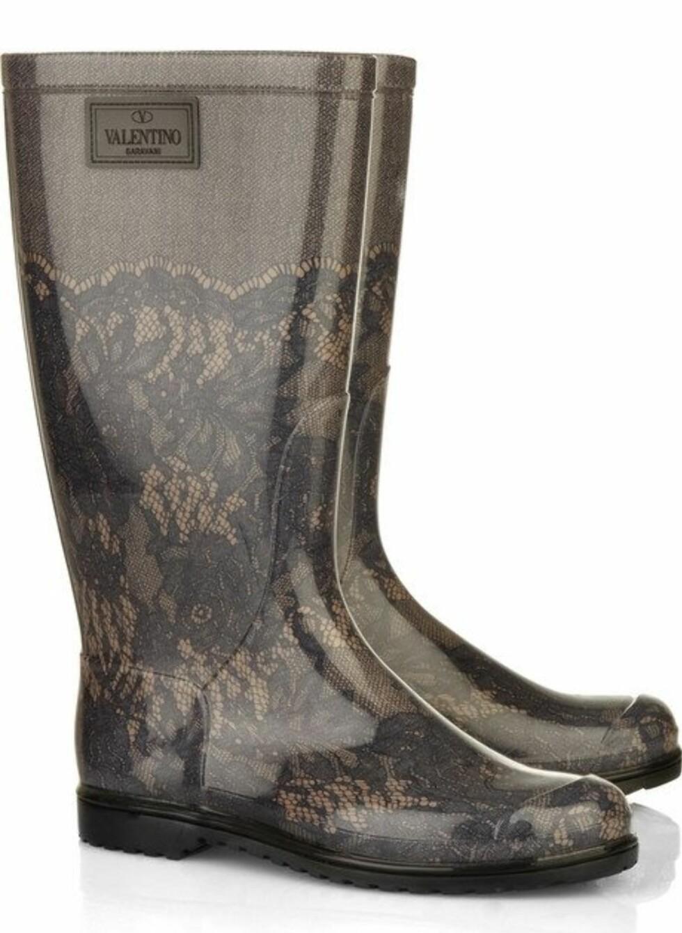 Goth-trenden er tilbake i motebildet denne sesongen. Støvler for deg som ikke kan få nok av blonder! (ca kr 1690, Valentino/Net-a-porter.com).