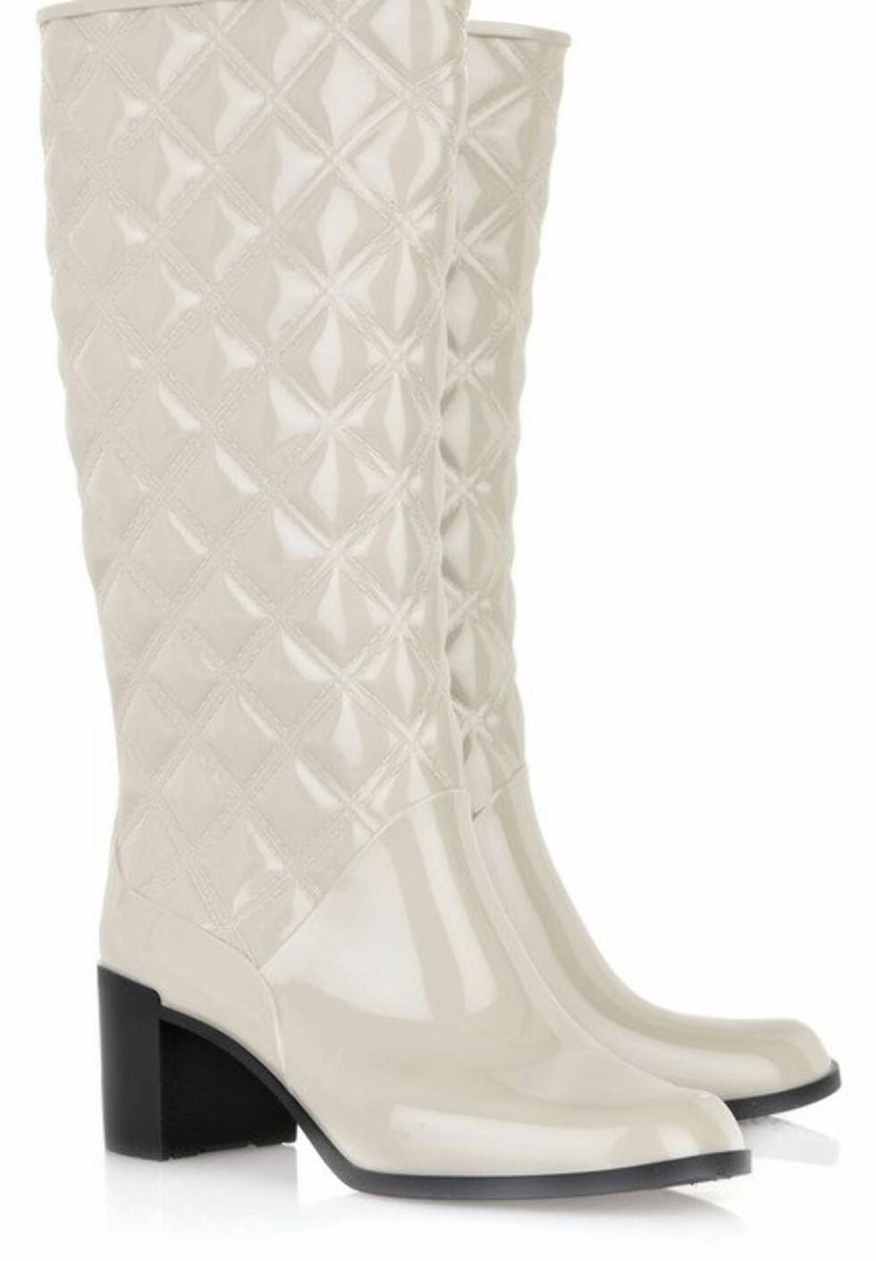 Hvite støvler med sort gummisåle  (ca kr 1680, Marc Jacobs/Net-a-porter.com).