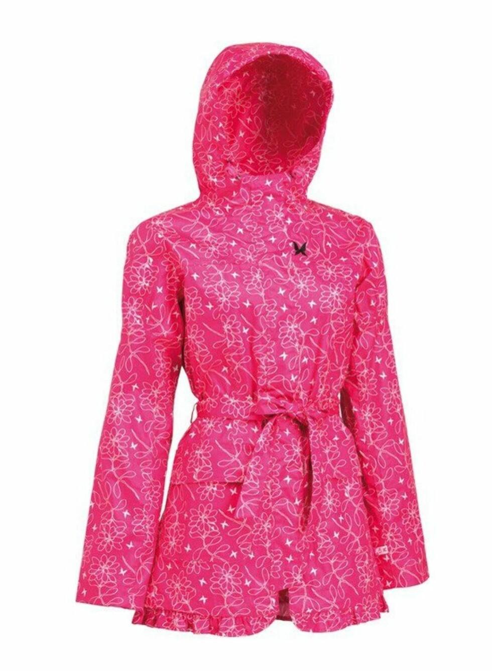 FEMININ: Knall, rosamønstret regnkåpe med puffermer, frontlommer og knytebelte fra Kari Traa, kr 899. Finnes også i svart.