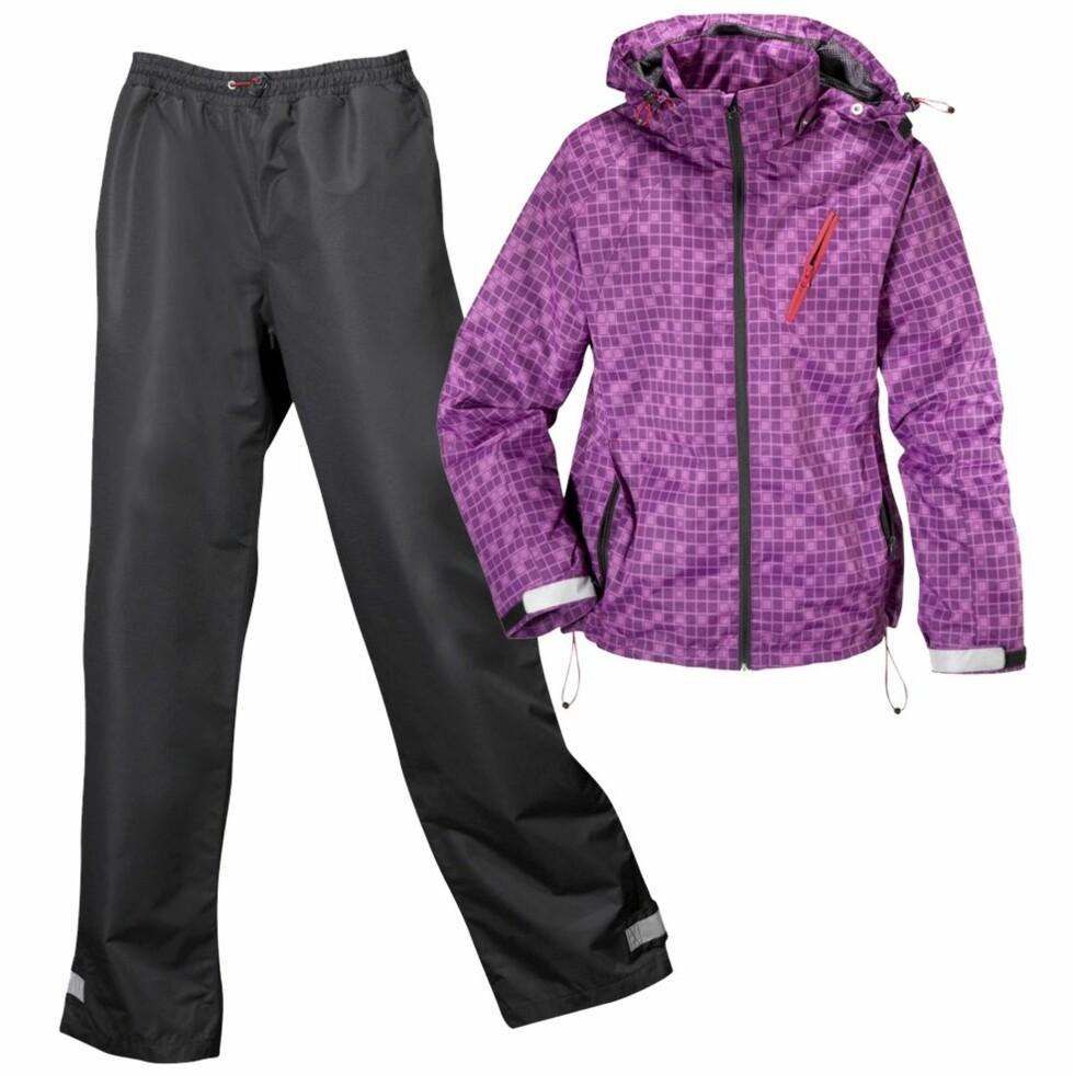 FRA TOPP TIL TÅ: Regnsett med ensfarget bukse og mønstret jakke med avtagbar hette fra Ellos, kr 799. Finnes også i hvit-/gråmønstret og helsvart.