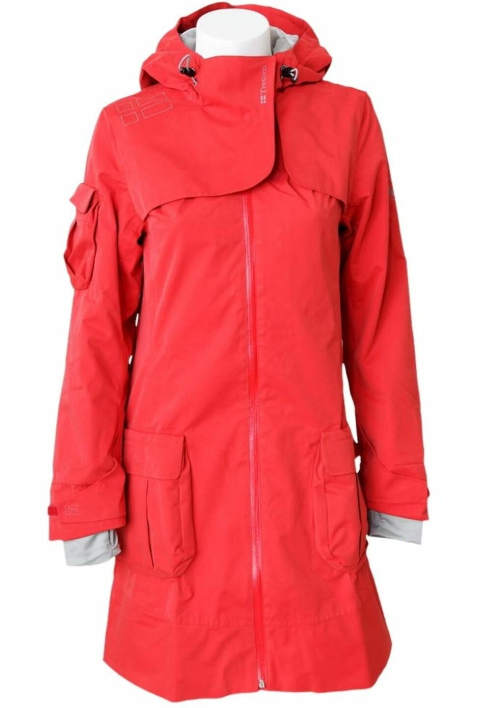 FUNKSJONELL: Lang, rød regnjakke med store lommer, fra Ellos, kr 2095.