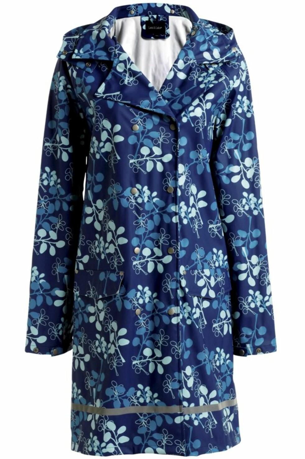 LEKEN: Blåmønstret regnfrakk fra Ellos, kr 599. Finnes også i svartmønstret.