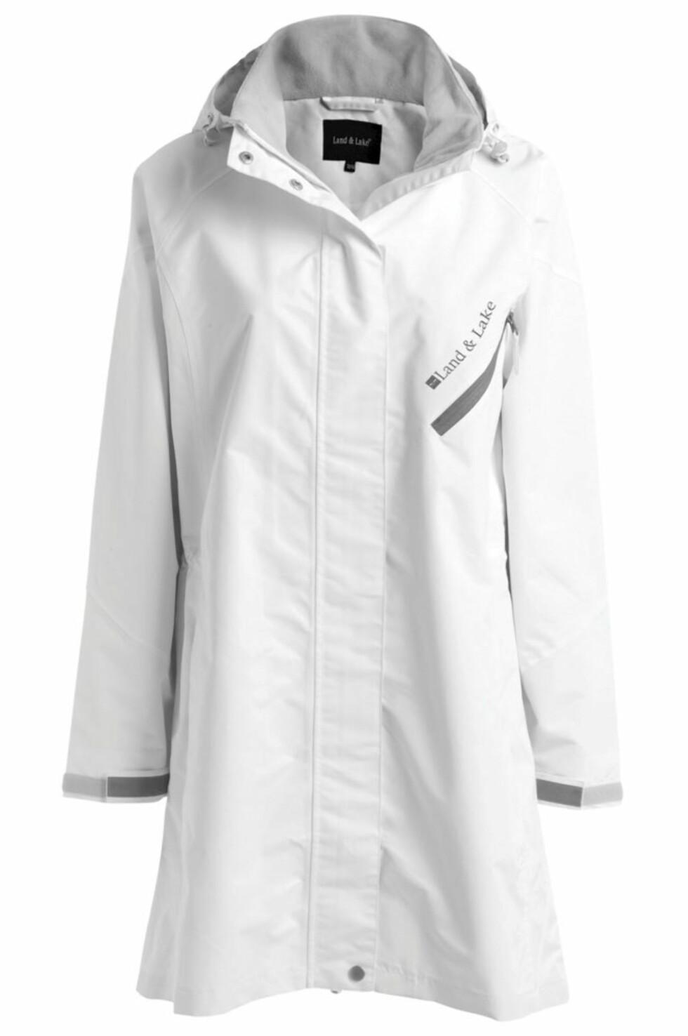OPTIMISTISK: Hvit regnfrakk fra Ellos, kr 599.
