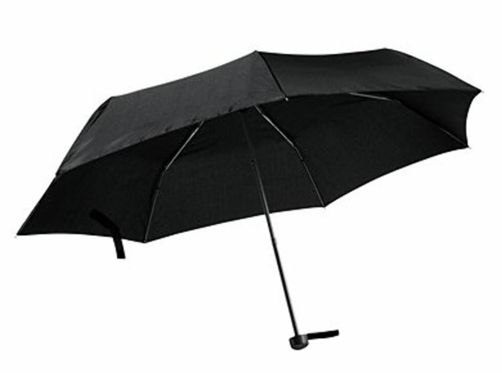 Har du mange ulike typer klær, og regnfrakk med mye mønster, kan det kanskje være greit å velge en straight, sort paraply (kr 79,50, H&M).