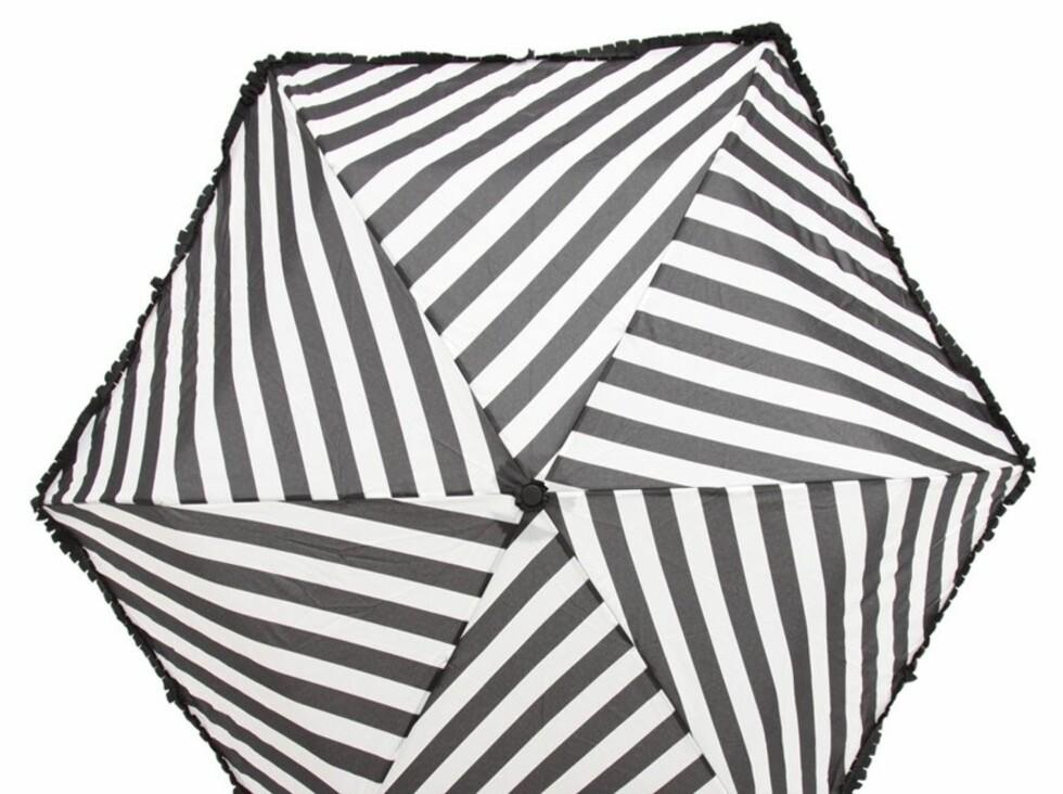 Stilig, stripet variant med rysjekanter (kr 250, Lulu Guinness/Asos.com).