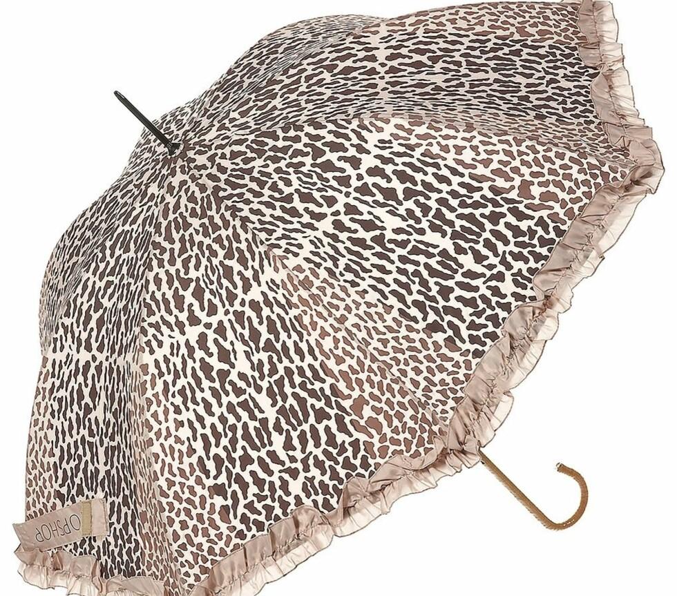 Denne er spesiell. Vi synes den ser eksklusiv ut med bambushåndtak og rysjekant. Litt pompøs kanskje, men skitt au. Og den er perfekt for deg som ikke kan leve uten dyreprint. Vi vil være fine når det regner! (ca kr 180, Topshop).