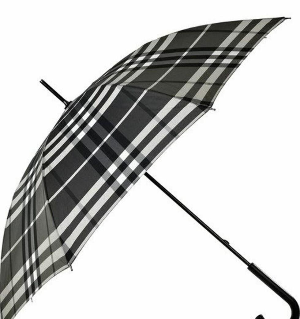 Ønsker du en klassisk stil fra topp til tå, hva passer vel bedre enn en Burberry-paraply? (ca kr 1555, Burberry/Net-a-porter.com).