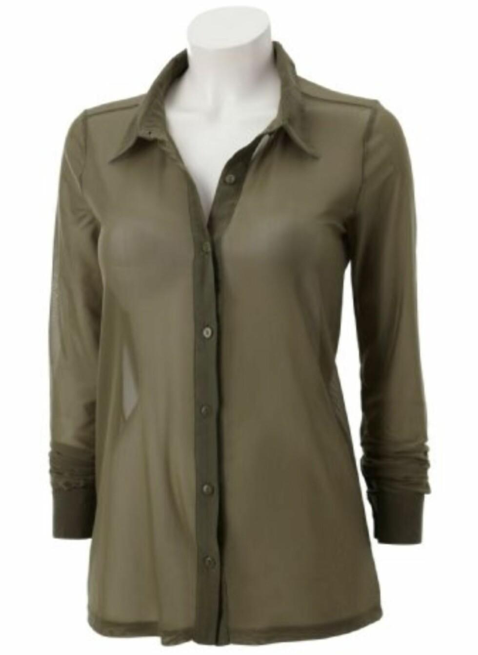 Gjennomsiktig bluse som passer fint med en mørk singlett under, boot cut jeans og skoletter (kr 199, Gina Tricot).