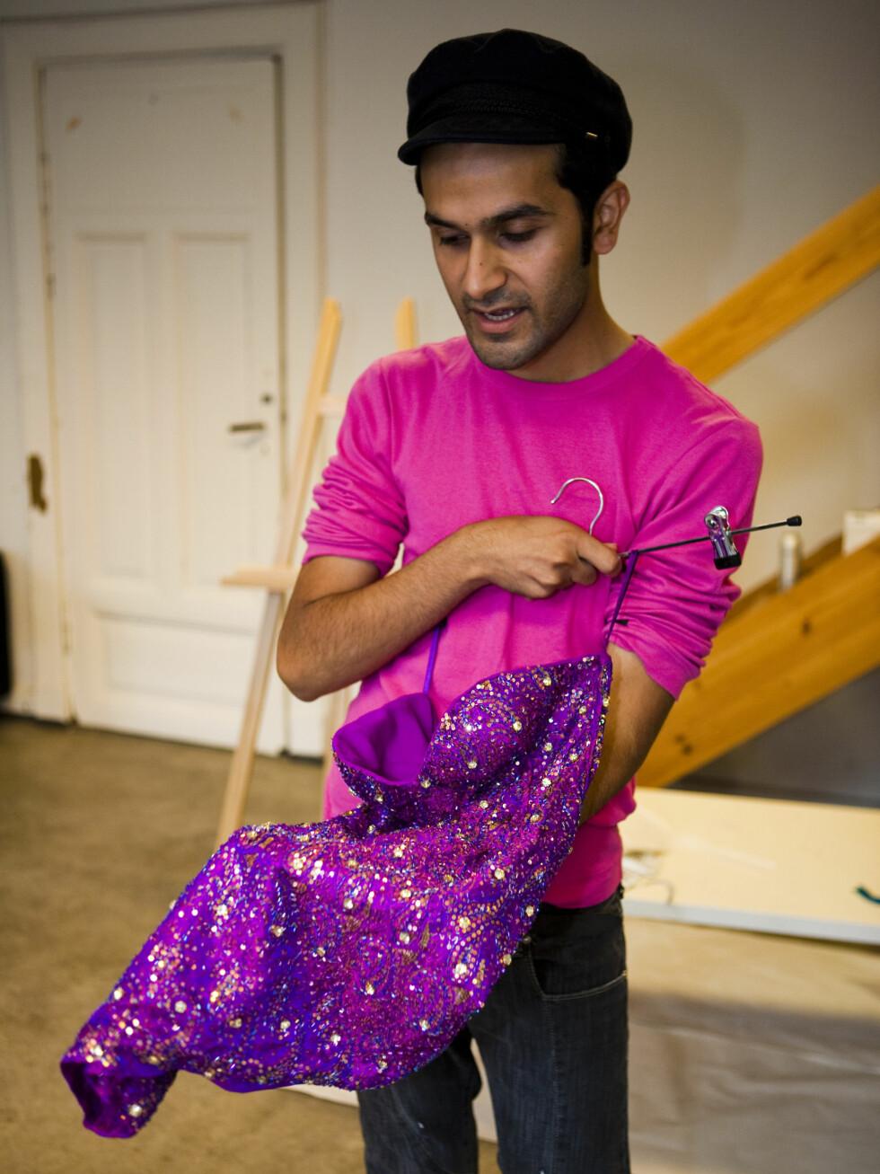 <strong>ØNSKER MER GLAM:</strong> Et av designer Amar Faiz' store mål i livet er å bringe mer bling til trauste nordmenn. Foto: Per Ervland