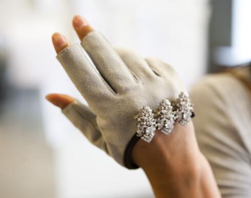 <strong>POPULÆRE HANSKER:</strong> I forrige kolleksjon ble hanskene det mest fotograferte plagget. Faiz bestemte seg derfor for å gjenta suksessen. Hanskene i semsket skinn med brosje koster 1200 kroner.