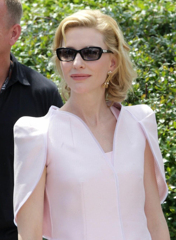 Skuespiller Cate Blanchett kjører blek-og-tander-stilen helt ut, med en rosa leppestift og blekrosa kjole til.  Foto: All Over Press