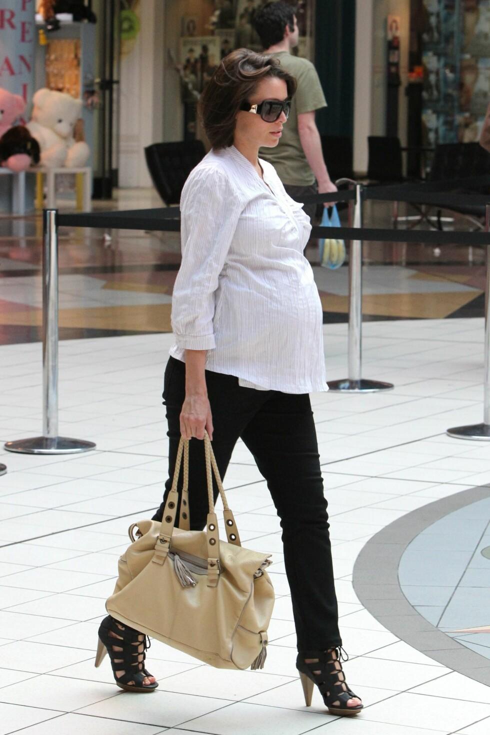 <strong>IKKE SLIK:</strong> Dannii Minogue er søsteren til Kylie. Hun blir ofte sett i høye hæler, til tross for at magen blir større og større.  Foto: All Over Press