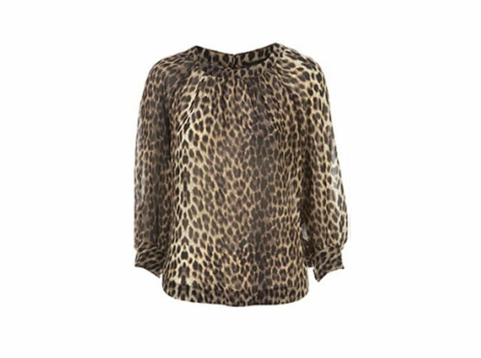 Søt bluse som dekker dagsbehovet i dyreprint (kr 360, Topshop).