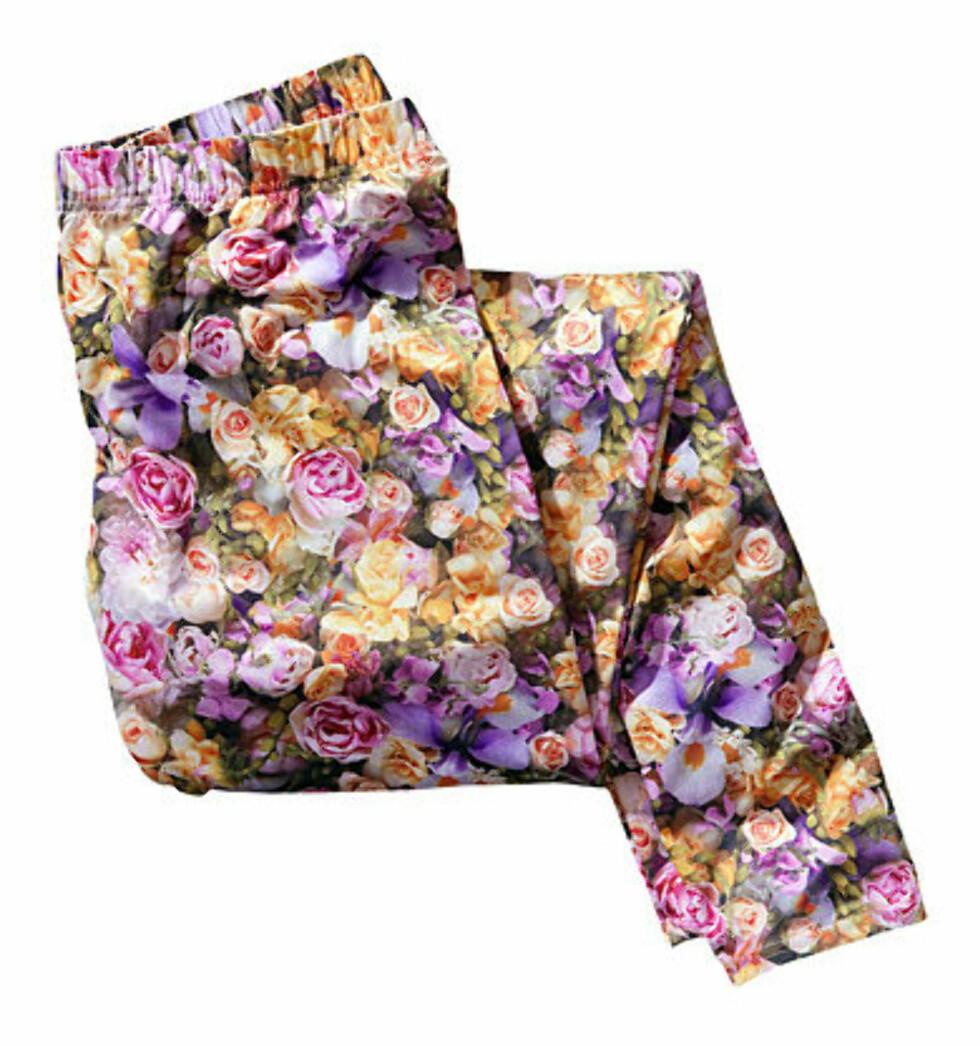 Blomstertights og en enkel tunika kan piffe opp en grå hverdag (kr 200, H&M).